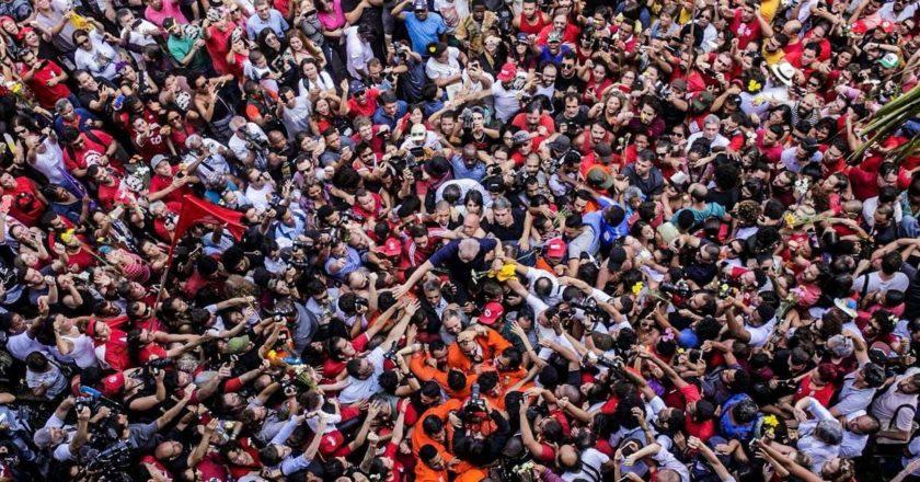 Lula é abraçado pelo povo após discurso histórico no ABC Paulista