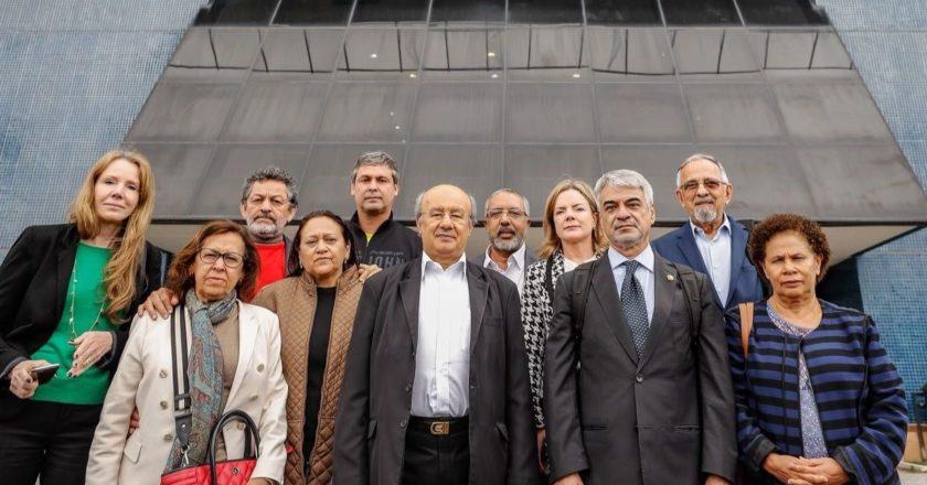 Senadores visitaram Lula na sede da PF