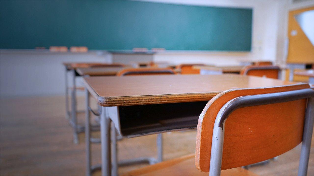 carteira-e-sala-de-aula-vazia - Saiba Mais